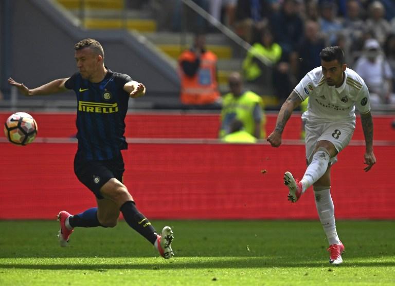 AC Milan's Spanish forward Fernandez Suso (R) kicks the ball during the Italian Serie A football match Inter Milan vs AC Milan at the San Siro stadium in Milan on April 15, 2017. / AFP PHOTO / MIGUEL MEDINA