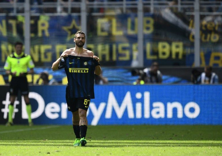 Inter Milan's midfielder Antonio Candreva celebrates after scoring during the Italian Serie A football match Inter Milan vs AC Milan at the San Siro stadium in Milan on April 15, 2017. / AFP PHOTO / MIGUEL MEDINA