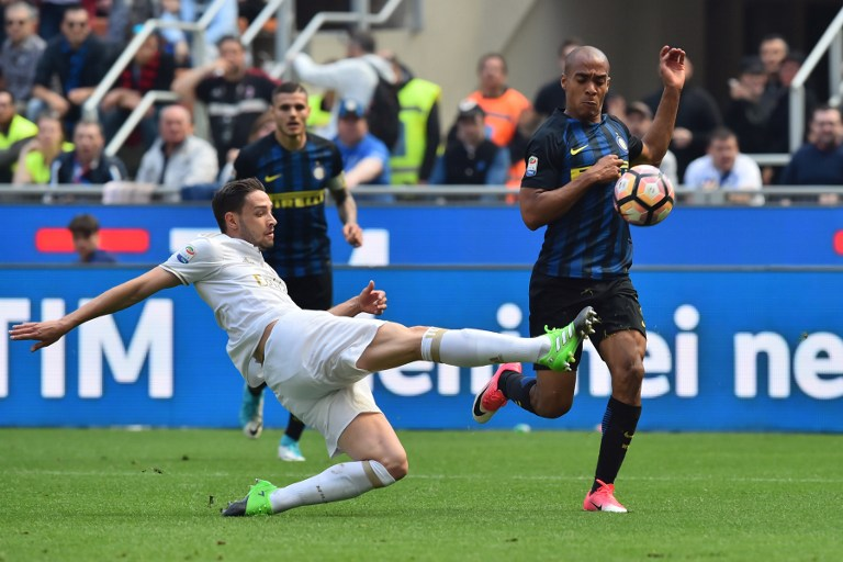 Inter Milan's midfielder from Portugal Joao Mario (R) fights for the ball with AC Milan's defender from Italy Mattia De Sciglio during the Italian Serie A football match Inter Milan vs AC Milan at the San Siro stadium in Milan on April 15, 2017. / AFP PHOTO / GIUSEPPE CACACE