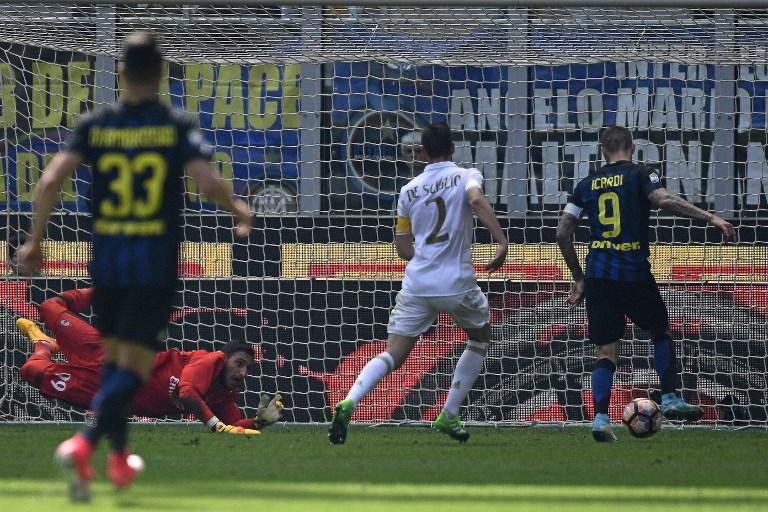 Inter Milan's Argentinian forward Mauro Icardi (R) scores during the Italian Serie A football match Inter Milan vs AC Milan at the San Siro stadium in Milan on April 15, 2017. / AFP PHOTO / MIGUEL MEDINA