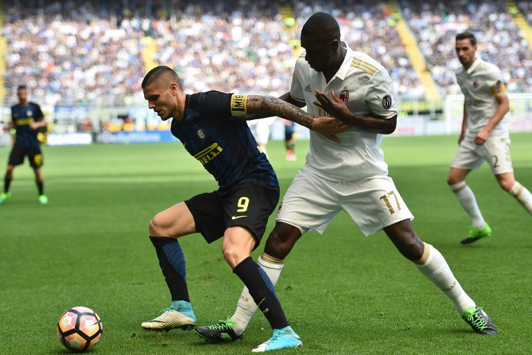 AC Milan's defender from Colombia Cristian Zapata (R) fights for the ball with Inter Milan's forward from Argentina Mauro Icardi during the Italian Serie A football match Inter Milan vs AC Milan at the San Siro stadium in Milan on April 15, 2017. / AFP PHOTO / GIUSEPPE CACACE