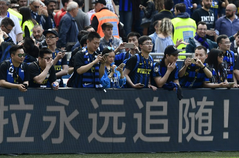 Chinese supporters of Inter Milan take pictures before the Italian Serie A football match Inter Milan vs AC Milan at the San Siro stadium in Milan on April 15, 2017. / AFP PHOTO / MIGUEL MEDINA