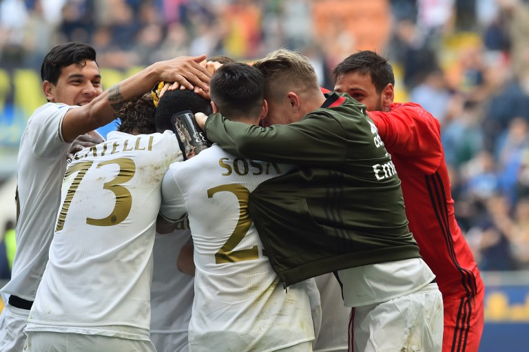 """AC Milan's defender from Colombia Cristian Zapata celebrates with teammates after scoring a goal during the Italian Serie A football match Inter Milan vs AC Milan at """"San Siro"""" Stadium in Milan on April 15, 2017. / AFP PHOTO / GIUSEPPE CACACE"""
