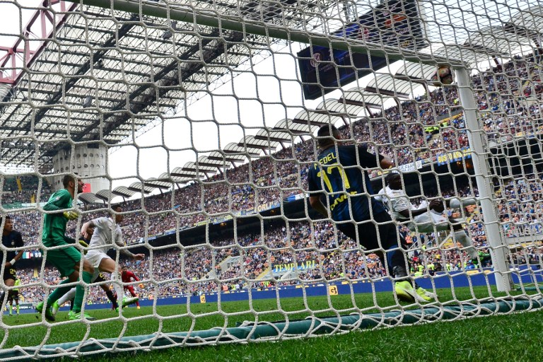 """AC Milan's Colombian defender Cristian Zapata (R) scores during the Italian Serie A football match Inter Milan vs AC Milan at """"San Siro"""" Stadium in Milan on April 15, 2017. The match ended 2-2. / AFP PHOTO / GIUSEPPE CACACE"""