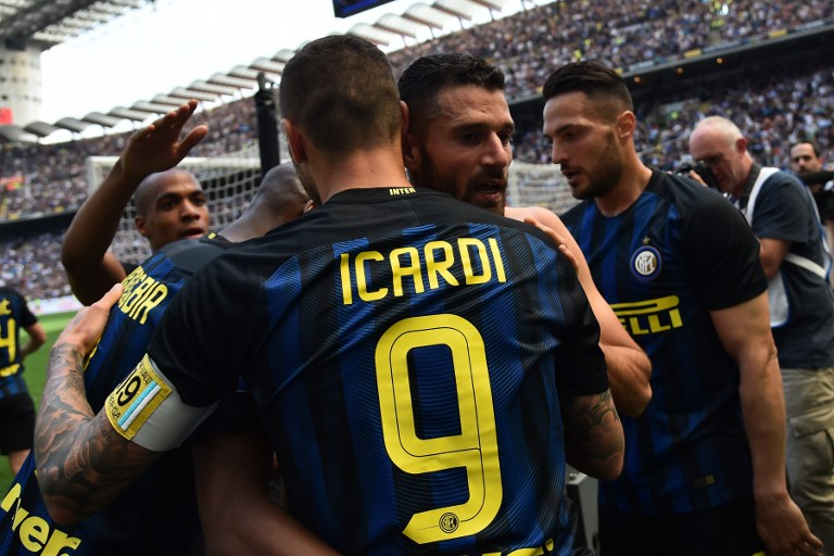Inter Milan's midfielder from Italy Antonio Candreva (R) celebrates with Inter Milan's forward from Argentina Mauro Icardi after scoring during the Italian Serie A football match Inter Milan vs AC Milan at the San Siro stadium in Milan on April 15, 2017. / AFP PHOTO / GIUSEPPE CACACE