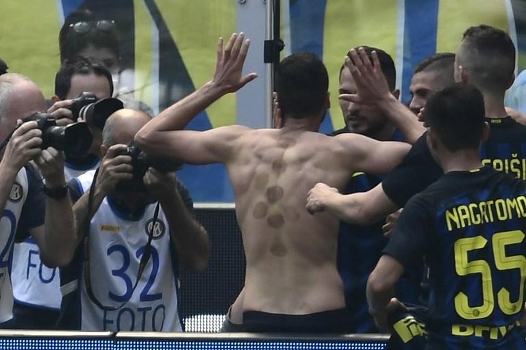 Inter Milan's midfielder from Italy Antonio Candreva celebrates with teammates after scoring during the Italian Serie A football match Inter Milan vs AC Milan at the San Siro stadium in Milan on April 15, 2017. / AFP PHOTO / MIGUEL MEDINA