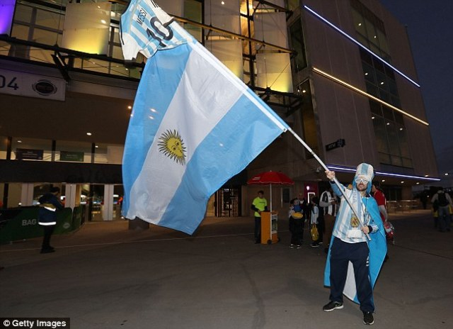 41426E9900000578-4588322-An_Argentina_fans_waves_a_large_flag_ahead_of_entering_the_crick-a-73_1497009335391