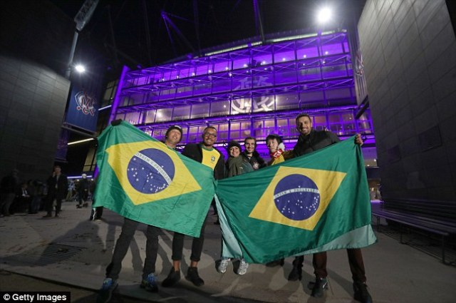 41426EA800000578-4588322-Brazilian_fans_proudly_hold_aloft_their_flag_ahead_of_attending_-a-75_1497009335470