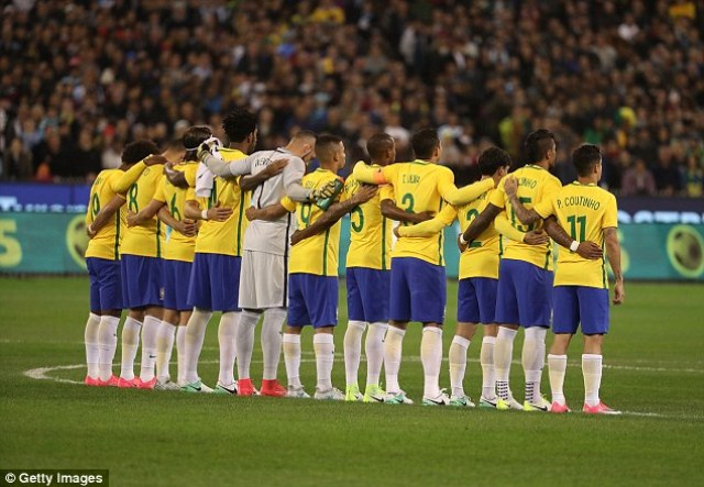 414355BF00000578-4588322-The_Brazil_players_lock_arms_as_a_mark_of_respect_and_solidarity-a-72_1497009335362