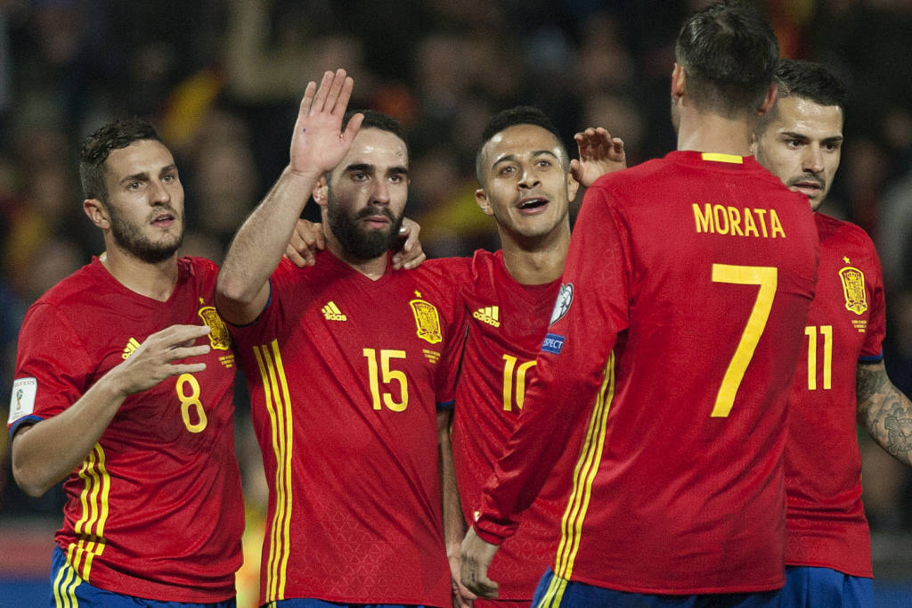 Spain's players celebrate after scoring during the FIFA qualifying Group G football match Spain vs Macedonia at Los Carmenes stadium in Granada, on November 12, 2016. / AFP PHOTO / JORGE GUERRERO