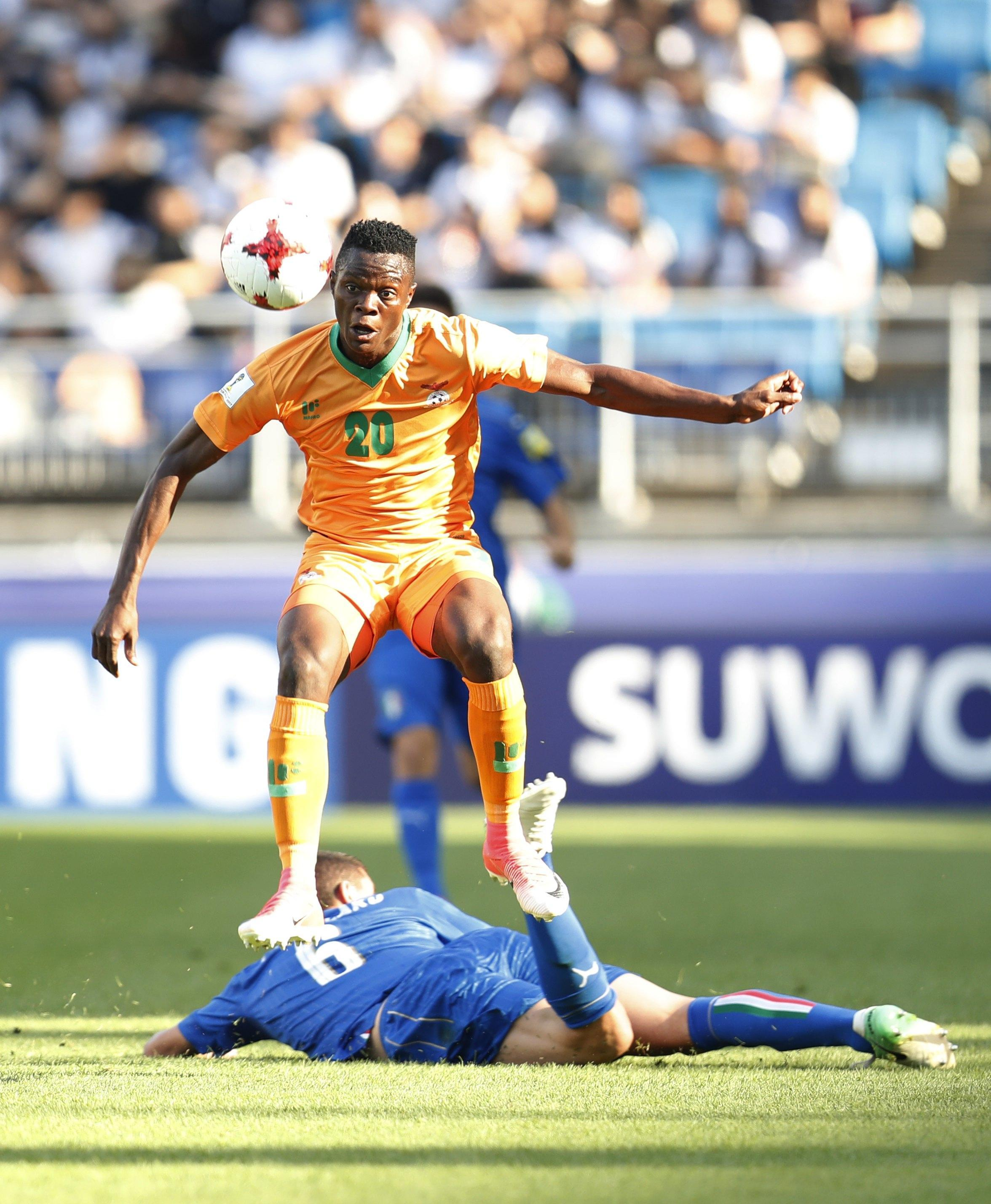 epa06011398 Patson Daka (top) of Zambia vies for the ball with Mauro Coppolaro of Italy (bottom) during the quarterfinal match of the FIFA U-20 World Cup 2017 between Italy and Zambia in Suwon World Cup Stadium, South Korea, 05 June 2017. EPA/JEON HEON-KYUN