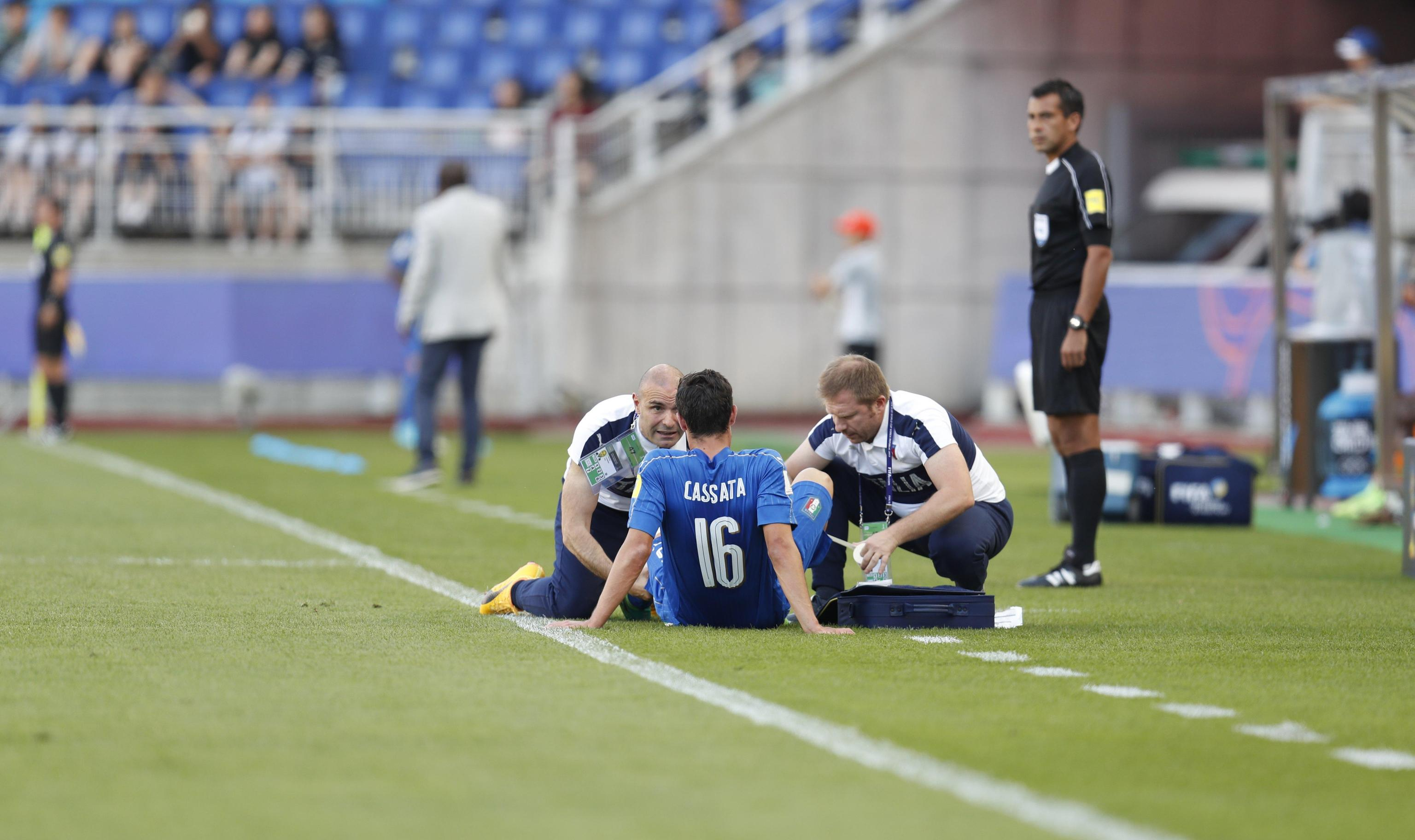 epa06011406 Francesco Cassata of Italy receives medical treatment as he is injured during the quarterfinal match of the FIFA U-20 World Cup 2017 between Italy and Zambia in Suwon World Cup Stadium, South Korea, 05 June 2017. EPA/JEON HEON-KYUN