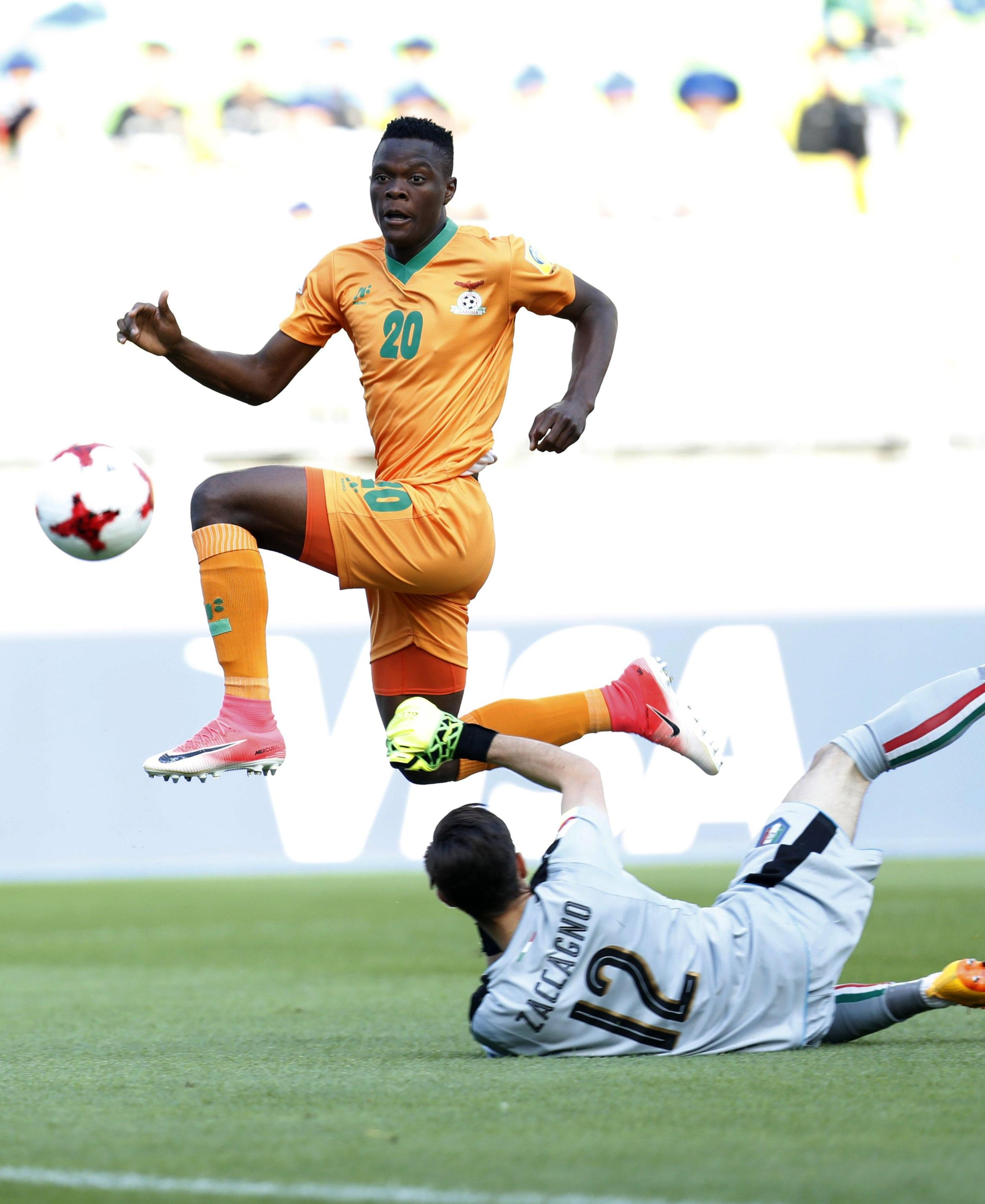 epa06011309 Patson Daka (L) of Zambia in action before scoring against goalkeeper Andrea Zaccagno of Italy during the quarterfinal match of the FIFA U-20 World Cup 2017 between the Italy and Zambia in Suwon World Cup Stadium, South Korea, 05 June 2017. EPA/JEON HEON-KYUN