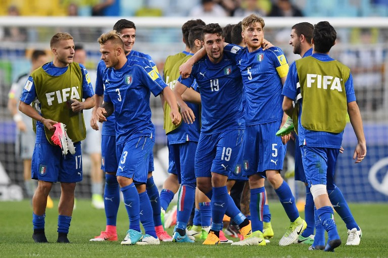 Italy's players celebrate their victory during the U-20 World Cup quarter-final football match between Italy and Zambia in Suwon on June 5, 2017. / AFP PHOTO / JUNG Yeon-Je