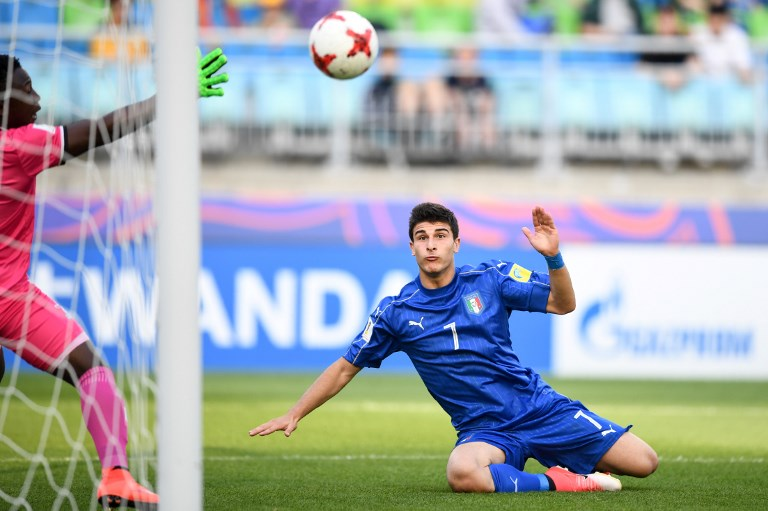 Italy's midfielder Riccardo Orsolini scores a goal past Zambia's goalkeeper Mangani Banda during the U-20 World Cup quarter-final football match between Italy and Zambia in Suwon on June 5, 2017. / AFP PHOTO / JUNG Yeon-Je
