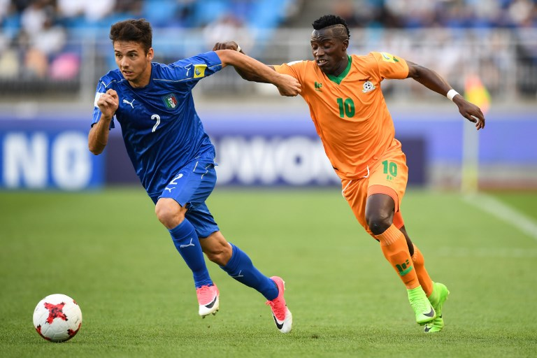Zambia's forward Fashion Sakala (R) and Italy's defender Giuseppe Scalera compete for the ball during the U-20 World Cup quarter-final football match between Italy and Zambia in Suwon on June 5, 2017. / AFP PHOTO / JUNG Yeon-Je