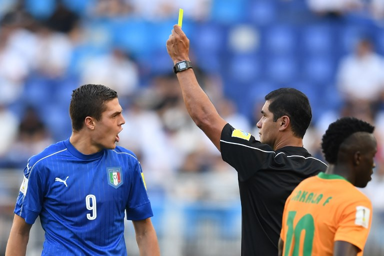 The referee gives a yellow card to Italy's forward Andrea Favilli (L) during the U-20 World Cup quarter-final football match between Italy and Zambia in Suwon on June 5, 2017. / AFP PHOTO / JUNG Yeon-Je