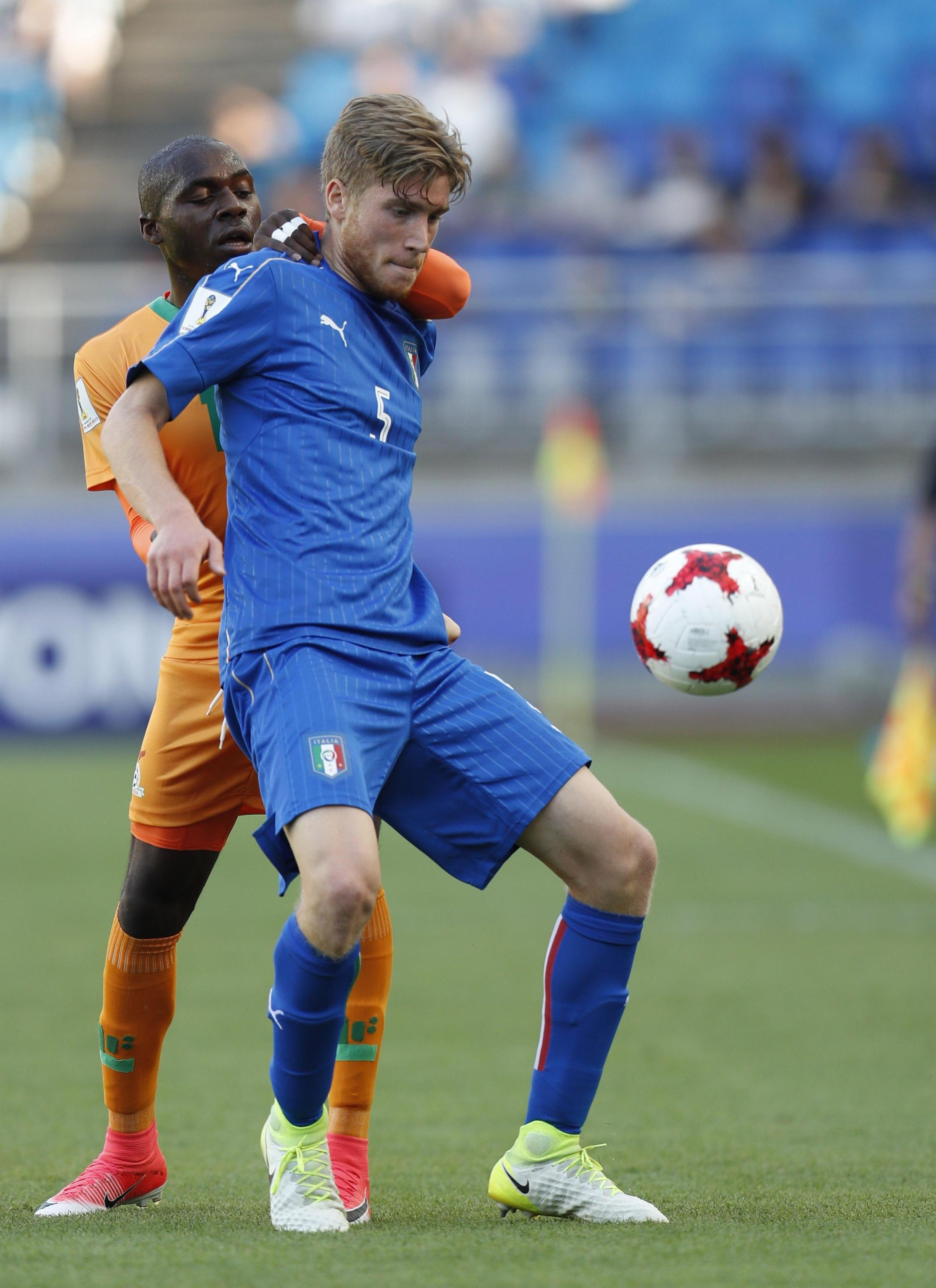 epa06011395 Filippo Romagna (front) of Italy vies for ball with Edward Chilufya (back) of Zambia during the quarterfinal match of the FIFA U-20 World Cup 2017 between Italy and Zambia in Suwon World Cup Stadium, South Korea, 05 June 2017. EPA/JEON HEON-KYUN