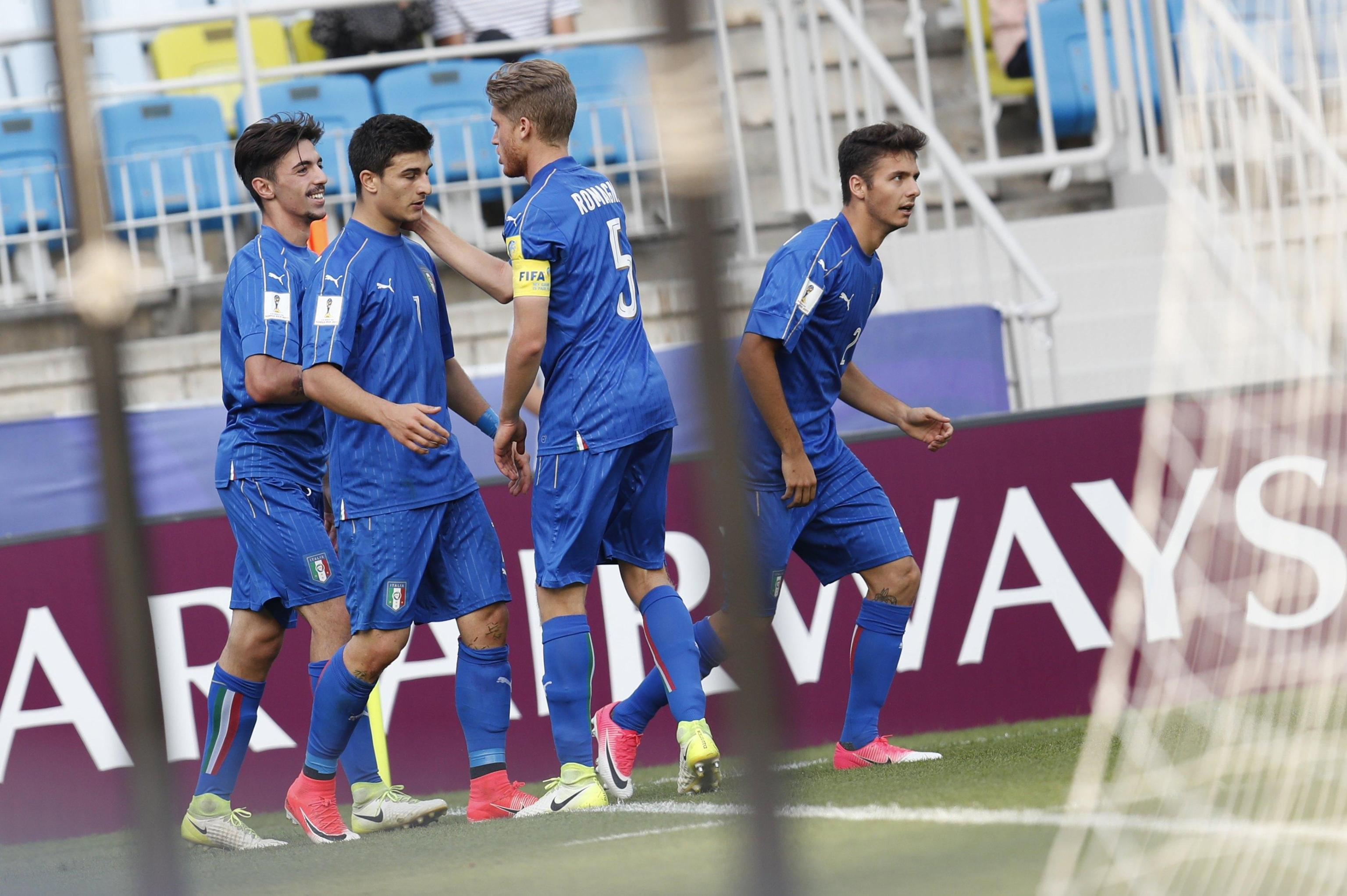 epa06011405 Riccardo Orsolini (2-L) of Italy celebrates with teammates after scoring against Zambia during the quarterfinal match of the FIFA U-20 World Cup 2017 between Italy and Zambia in Suwon World Cup Stadium, South Korea, 05 June 2017. EPA/JEON HEON-KYUN
