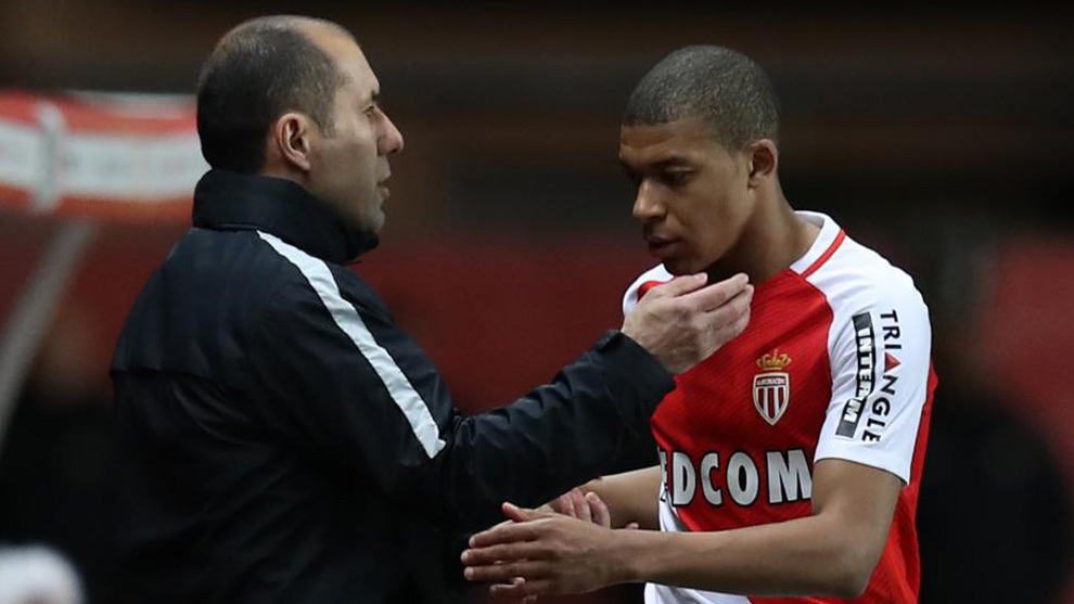"Monaco's French forward Kylian Mbappe Lottin (R) is congratulated by Monaco's Portuguese coach Leonardo Jardim as he leaves the pitch during the French L1 football match Monaco (ASM) vs Nantes (FCN) on March 5, 2017 at the ""Louis II Stadium"" in Monaco.   / AFP PHOTO / VALERY HACHE"