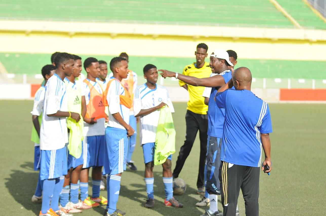 Coach-MOhamed-Abdulle-Farayare-talks-to-Somali-U-17-boys-during-training-at-Khartoum