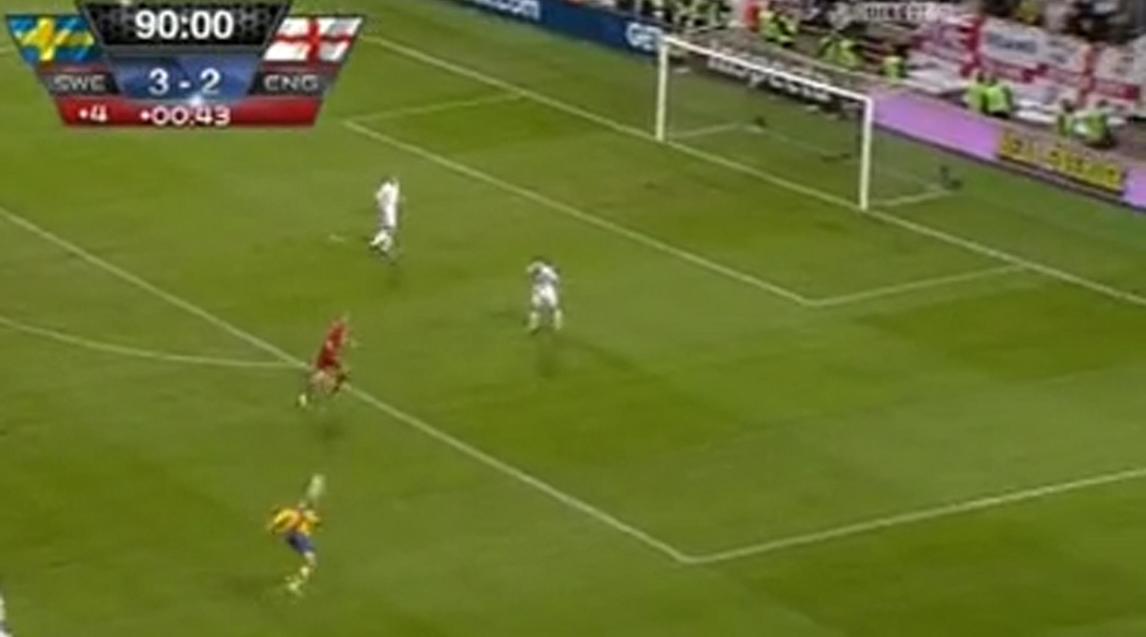 Il gol in rovesciata segnato dall'attaccante della Svezia, Zlatan Ibrahimovic, nella gara amichevole contro l'Inghilterra, vinta dai gialli per 4-2, con quattro gol del giocatore del Psg, 15 novembre 2012. ANSA/MEDIASET PREMIUM +++ NO SALES, EDITORIAL USE ONLY +++