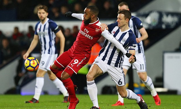 WEST BROMWICH, ENGLAND - DECEMBER 31:  Alexandre Lacazette of Arsenal holds off Jonny Evans of West Bromwich Albion during the Premier League match between West Bromwich Albion and Arsenal at The Hawthorns on December 31, 2017 in West Bromwich, England.  (Photo by Jan Kruger/Getty Images)